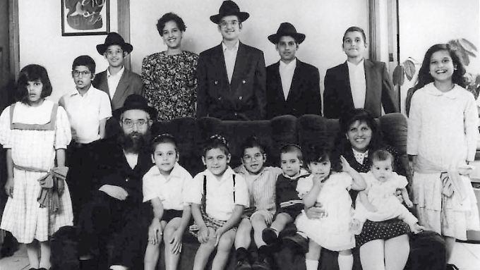 Rebecca als Kind (vorn, 3.v.r.) mit ihren Eltern und Geschwistern.