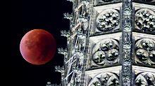 Spektakel am Nachthimmel: Mond steht kurz vor Jahrhundert-Finsternis