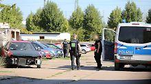 Die Erfurter Polizei sucht am Stadtrand nach einem mutmaßlichen Messerangreifer.