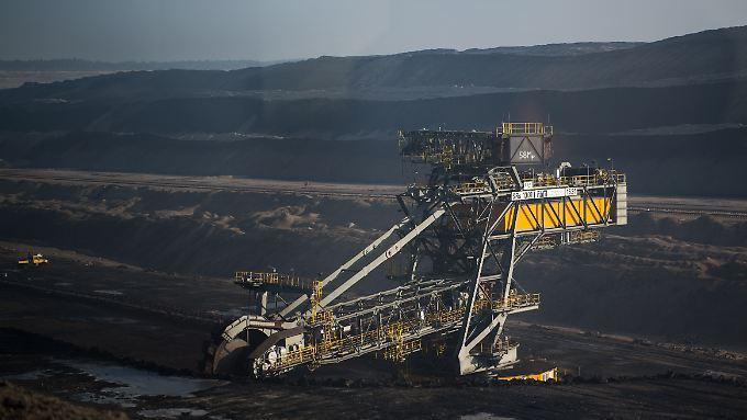 Ein Braunkohlebagger fördert im Tagebau Nochten Braunkohle.