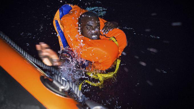 Dieser Mann schaffte es vor der Küste Libyens zu einem Rettungsschiff zu schwimmen.