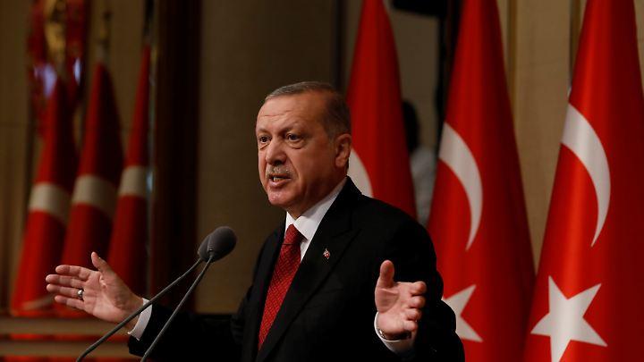 Erdogan bringt die türkische Lira gewaltig unter Druck. Goldman Sachs warnt: Sollte der Dollar auf 7,10 Lira steigen, haben die Institute keine Sicherheitspolster mehr.
