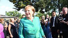 Hier lächelt sie noch - während ihres Urlaubs besuchte Merkel die Eröffnung der Richard-Wagner-Festspiele.