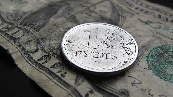 Der Dollar liegt aktuell bei 66,73 Rubel, der Euro bei 77,33 Rubel.