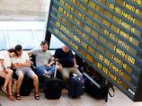Wartende Passagiere am Berliner Flughafen Schönefeld.