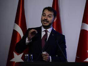 Finanzminister Berat Albayrak stellt ein Maßnahmenpaket gegen die Krise vor.