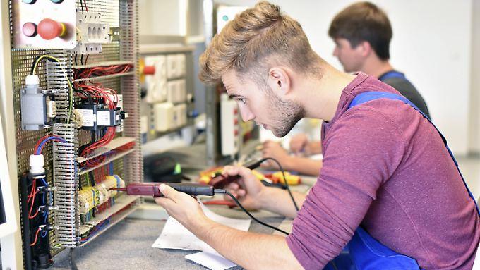 Um dem Fachkräftemangel im Handwerk entgegenzuwirken, müssen Ausbildungsberufe wie der des Elektrikers attraktiv gemacht werden.
