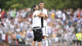 Auch vor Umarmungen war der portugiesische Superstar nicht gefeit.