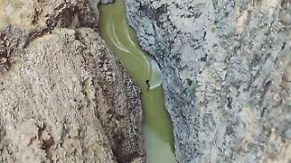 Kunstsprünge vor spektakulärer Kulisse: Wakeskater rast durch steiniges Flusstal