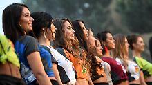 """Die Kandidatinnen zur Wahl der """"Miss WM 2018"""" im Europa-Park auf der Bühne."""