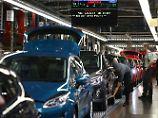 Ford Mitarbeiter arbeiten am Fließband in der Endkontrolle an einem Fiesta.