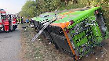 Viele Verletzte bei Linstow: Fernbus kippt auf A19 um