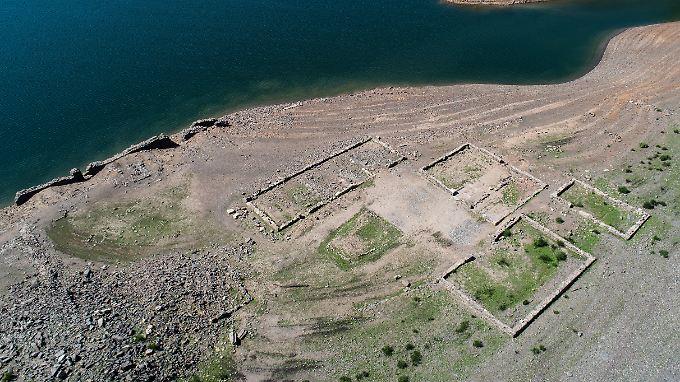 Inzwischen sind die Grundmauern eines ehemaligen Dorfs im Edersee wieder zu sehen.