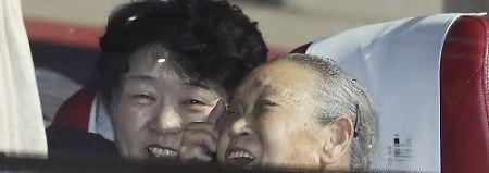 Zwei Südkoreanerinnen sitzen in einem Bus, bevor es los geht zu einem Wiedersehenstreffen im Mount Kumgang Resort für Familien, die durch den Koreakrieg getrennt wurden.