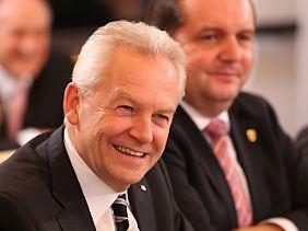 Fühlen sich bestätigt: Bahnchef Grube (links) und Ministerpräsident Mappus erfreut der Schlichterspruch.