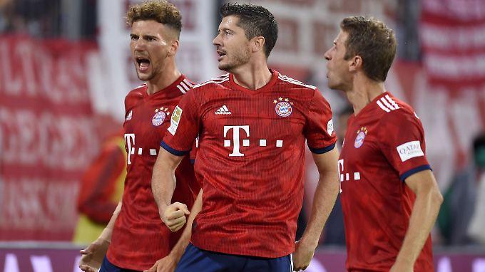 Passt, oder? Leon Goretzka, Robert Lewandowski und Thomas Müller wissen nun, wer sie und den FC Bayern in der Champions League erwartet.