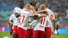 Es ist noch eunmal gutgegangen: Die Leipziger jubeln im Zentralstadion.