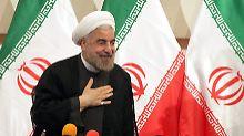 Irans Präsident Hassan Ruhani kommt durch neue US-Sanktionen im Atomkonflikt mit den USA unter Druck.