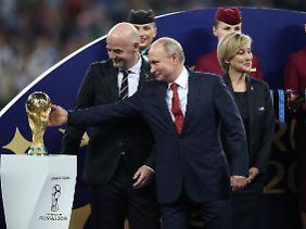 6,5 Milliarden Euro Umsatz: Fifa-Präsident Gianni Infantino und der russische Autokrat Wladimir Putin.