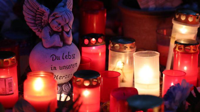 Kerzen erinnern in Köthen an den getöteten 22-Jährigen.
