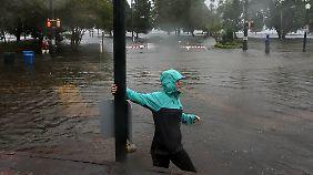"""In kürzester Zeit hat """"Florence"""" bereits ganze Straßenzüge überflutet, wie hier in New Bern (North Carolina)."""