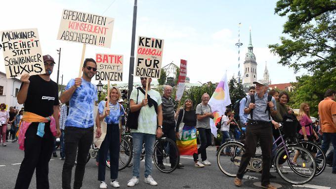 Teilnehmer einer Demonstration unter dem Motto #ausspekuliert ziehen durch München.