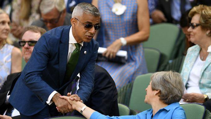 Sadiq Khan (hier im Juli 2018 mit Theresa May in Wimbledon) ist seit 2016 Bürgermeister in London.
