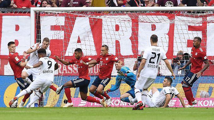 Durcheinander im Bayern-Strafraum - und dann nochmal von vorne: Volland tritt seinen Elfmeter gegen Neuer viel zu hastig.