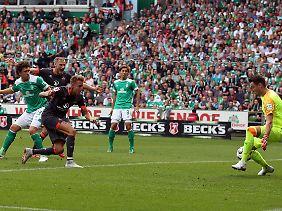 Jubelt der Kollege schon? Nürnbergs Ondrej Petrak schiebt den Ball zum vermeintlichen Ausgleich ins Bremer Tor.