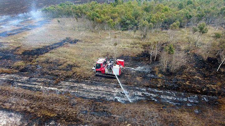 Feuerwehrleute der Bundeswehr kämpfen seit rund zwei Wochen gegen einen Moorbrand.