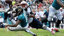 Das Team für die Erfolgsfans: Stephon Gilmore von den New England Patriots wirft das Ei, Donte Moncrief von den Jacksonville Jaguars kommt zu spät.