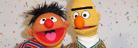 Darin ist von einem Jungen die Rede, der seine Mutter genau danach fragt. Sind Ernie und Bert ein Paar? In der Sesamstraßen-Redaktion habe man sich darüber amüsiert - er selbst habe es aber genau so empfunden.
