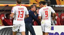 Schwer enttäuscht von seinen Spielern: Ralf Rangnick (m.).