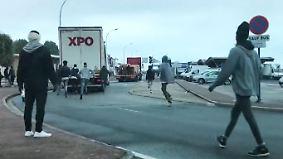 Bizarre Szenen vor französischen Häfen: Flüchtlinge springen auf fahrende Lkw