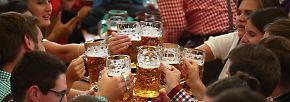 Damit das Obandln nicht so schwer fällt, fließt beim Oktoberfest immerhin reichlich Alkohol, vorausgesetzt man kann die mehr als 11 Euro pro Maß zahlen.
