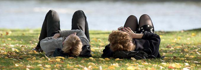 Noch kann man draußen auf der Wiese entspannen, dort liegen allerdings schon die ersten Herbstblätter.