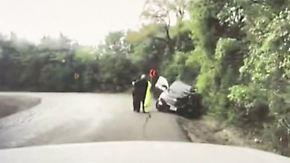 Kaum zu glauben, aber wahr: Auto rast in Unfallstelle, Polizist wird zum Helden