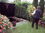 An Lehrgräbern können verschiedene Varianten eines Begräbnisses durchgespielt werden.