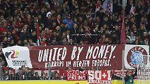 """""""Not for fucking Pay-TV"""": Fußballfans wehren sich gegen Ausverkauf"""