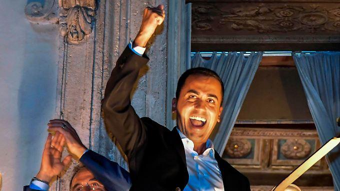 Italiens Sozialminister und Vize-Premier Luigi Die Maio, zugleich Chef der Fünf-Sterne-Bewegung, feiert auf dem Balkon des Chigi-Palastes seinen Sieg über Finanzminister Tria.