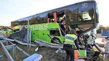 Viele Verletzte auf der A5: Fernbus kracht ungebremst gegen Leitplanke