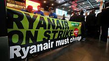 Streikende Ryanair-Mitarbeiter am Brüsseler Flughafen (Archivbild).