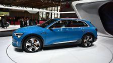 Der Audi wird von zwei Elektromotoren mit bis zu 408 PS Leistung und einem Drehmoment von 660 Newtonmeter angetrieben, der nötige Strom kommt aus einem 95 kWh großen, flüssiggekühlten Akku im Fahrzeugboden und soll im Mittel rund 400 Kilometer weit reichen.