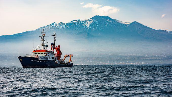 """Forschungsschiff """"Poseidon"""" vor dem Ätna - es wird betrieben vom Geomar Helmholtz-Zentrum für Ozeanforschung"""