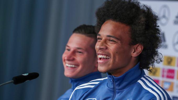 """Julian Draxler nimmt Leroy Sané (r.) bei der DFB-Pressekonferenz in Schutz: Er ist """"weder charakterschwach noch sonst irgendwas""""."""
