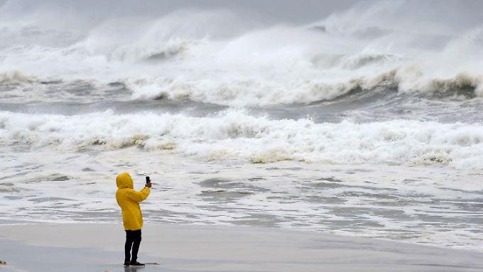 Vor dem Eintreffen des Sturms konnten Passanten noch Fotos von den rauen Wellen machen.