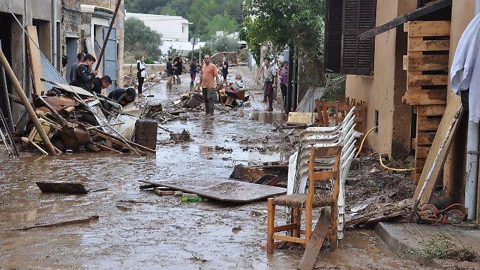 Die Flut ist weg, zurück bleiben viel Schlamm und Trümmer.