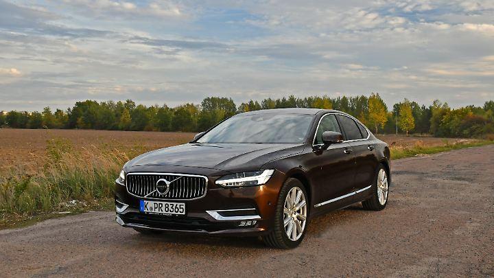 Schön und elegant steht der Volvo S90 auf der Straße.