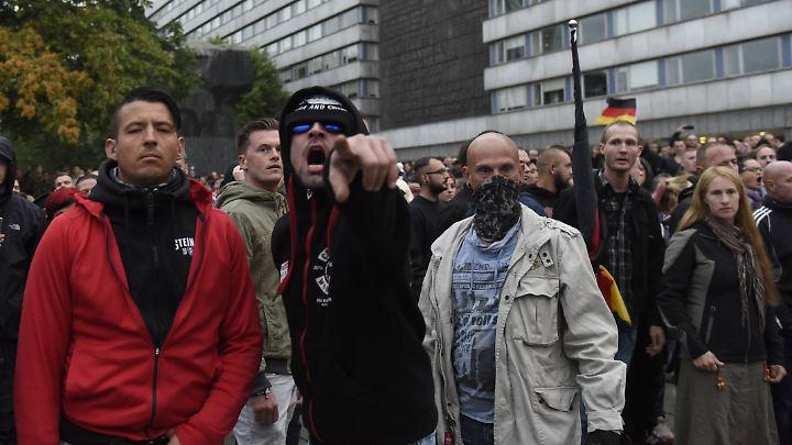 Nachdem die AfD ihren Schweigemarsch in Chemnitz abgebrochen hatte, versuchten Rechtsextreme mit Gewalt zum Tatort zu gelangen.