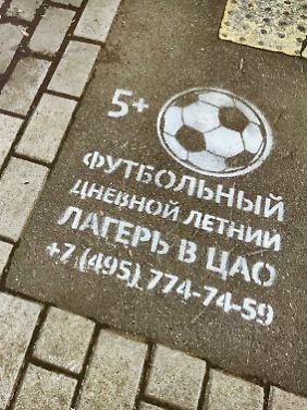 Wer in diesen Tagen in Moskau am Zebrastreifen wartet, sieht vor sich schon einmal Werbung für ein Fußballcamp für Kinder.